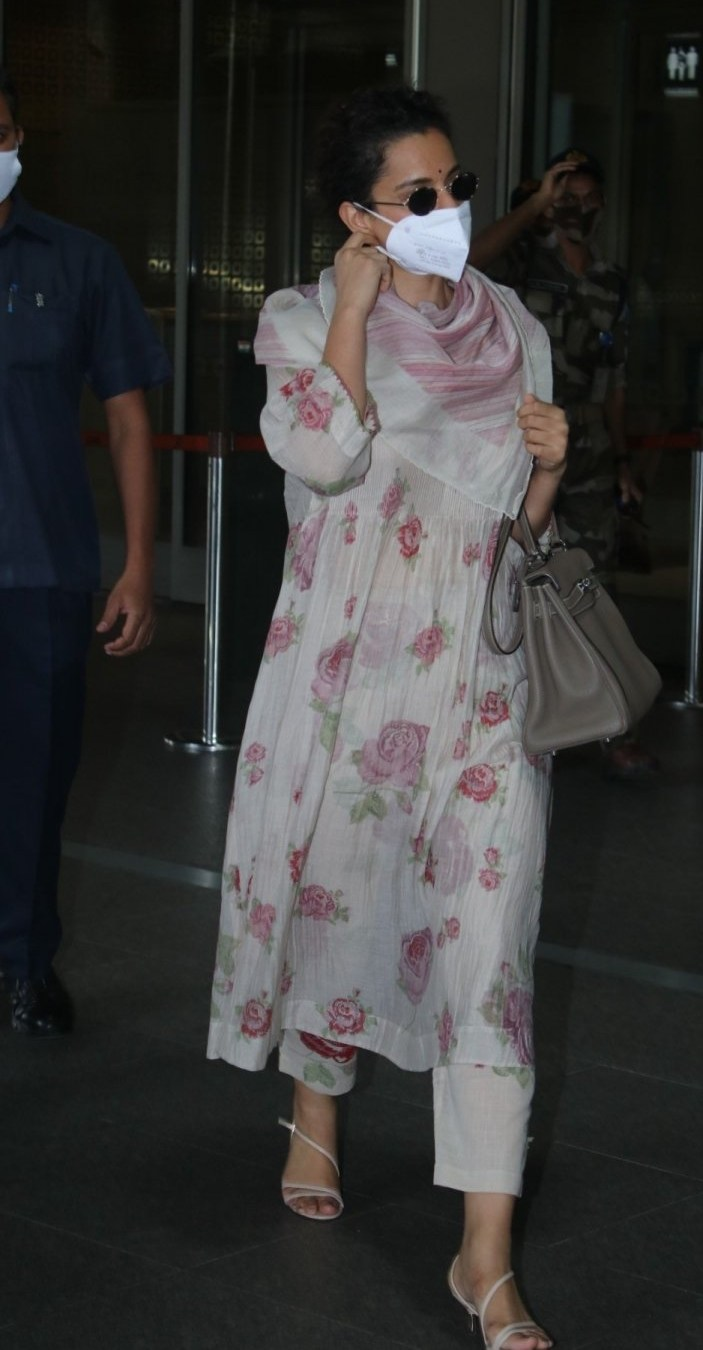 Kangana Ranaut in floral kurta set at Mumbai airport-4
