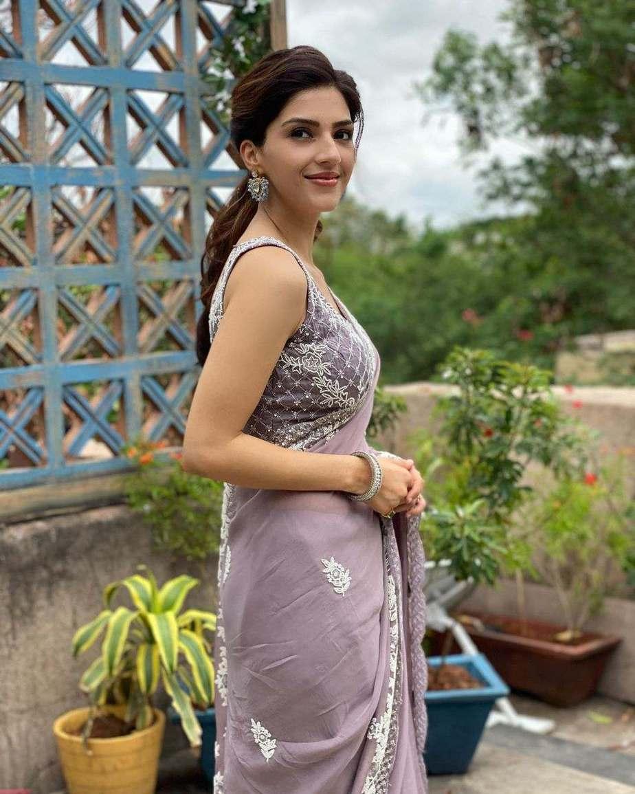 Mehreen Pirzada in a roze saree-1