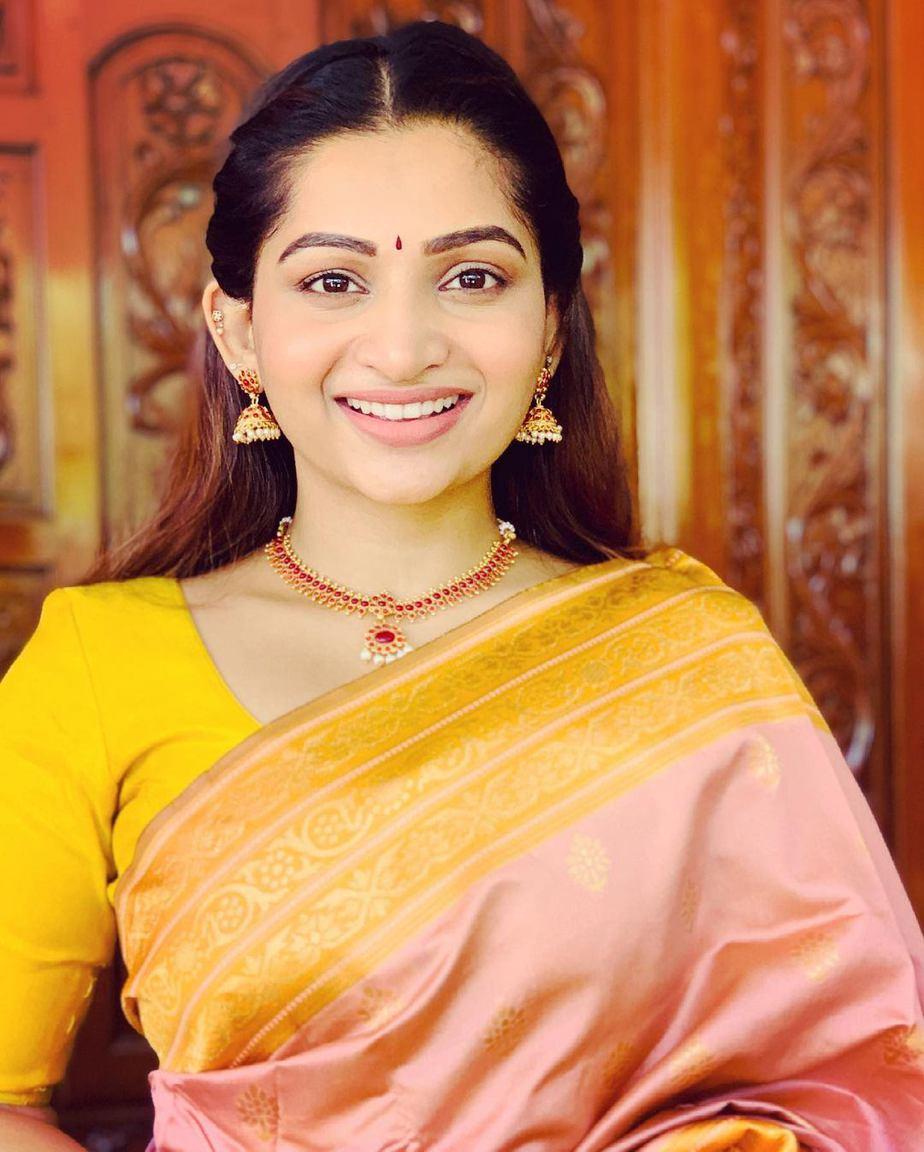 Nakshathra Nagesh in the apparel stores saree-4