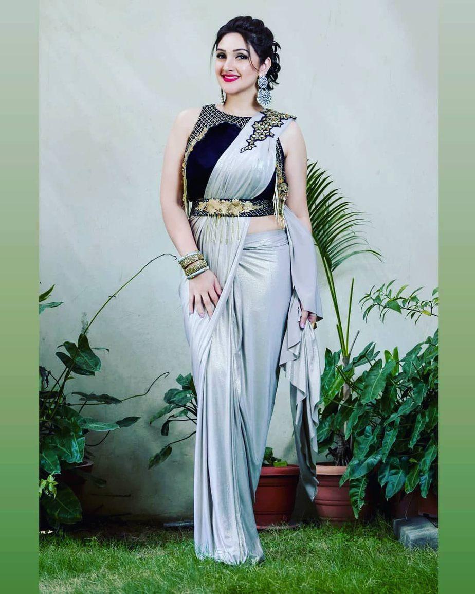 Sridevi Vijaykumar in a gold saree for comedy stars-4