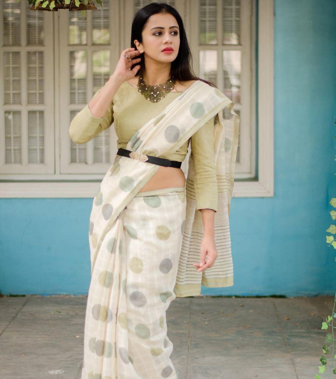 anjana Rangan in a white dotted saree-2