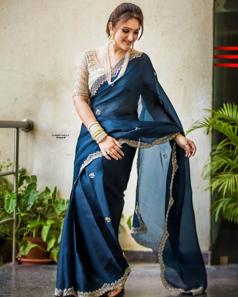 sridevi vijaykumar in a navy blue saree by Preesha for comedy stars-1