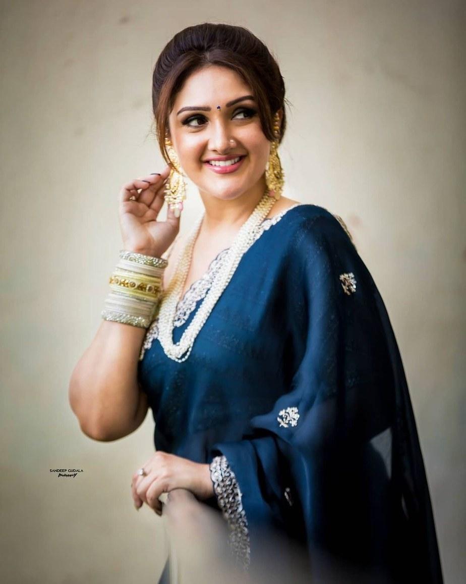 sridevi vijaykumar in a navy blue saree by Preesha for comedy stars-2