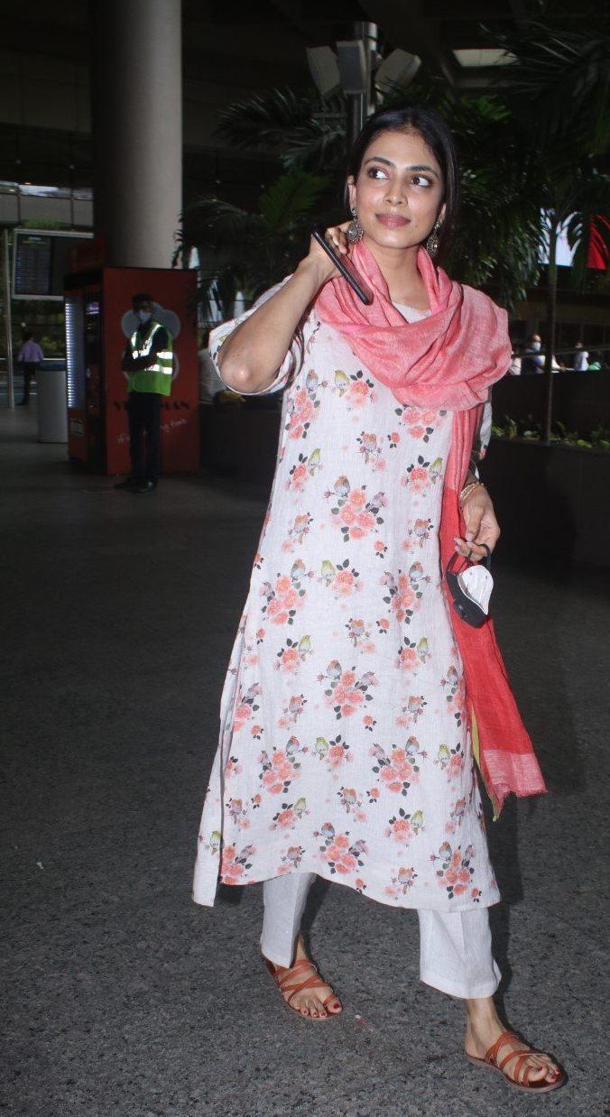 Malavika mohanan in anavila kurta set at airport arrival-1
