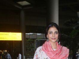 Malavika mohanan in anavila kurta set at airport arrival-2