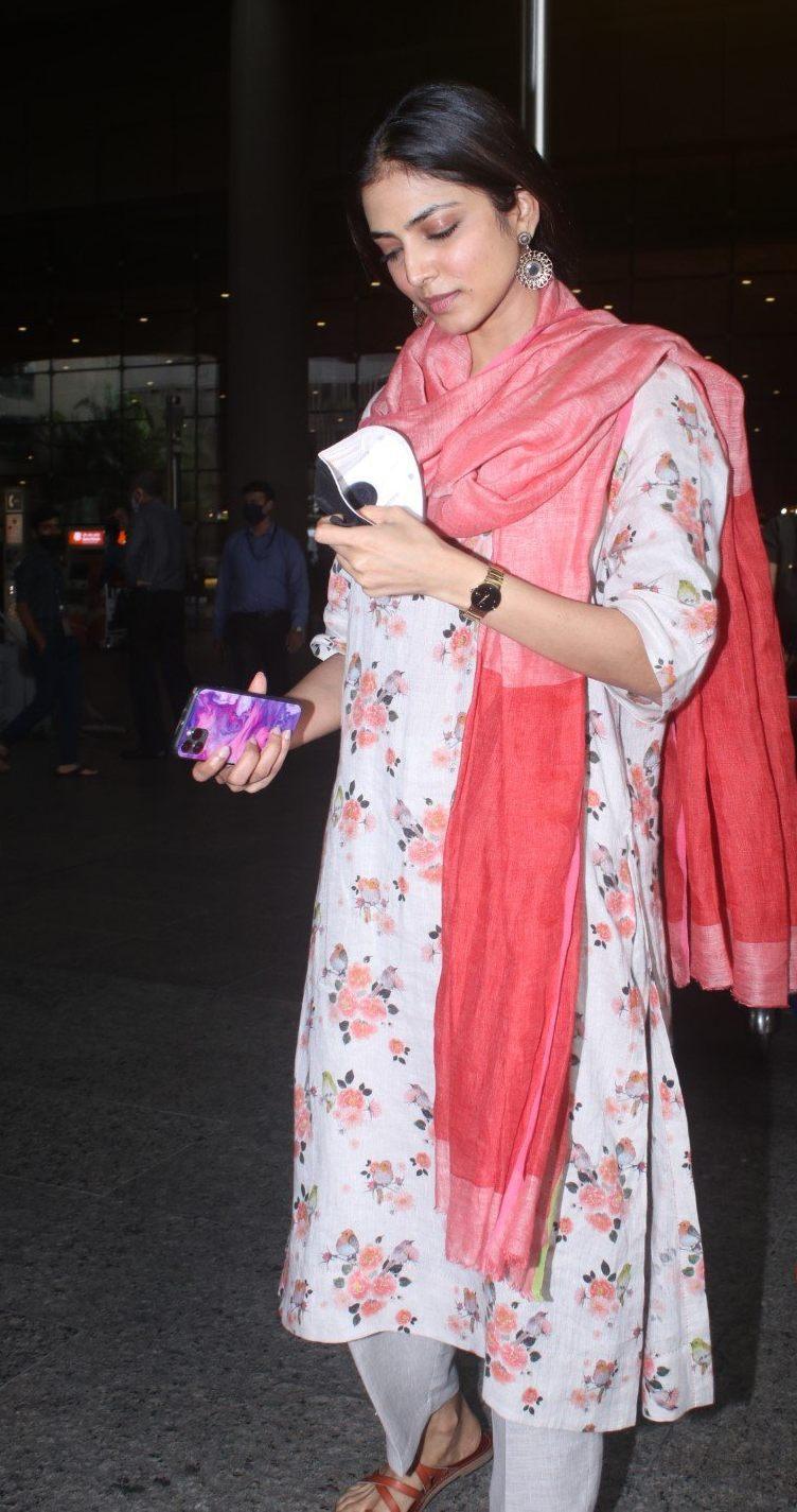 Malavika mohanan in anavila kurta set at airport arrival-4
