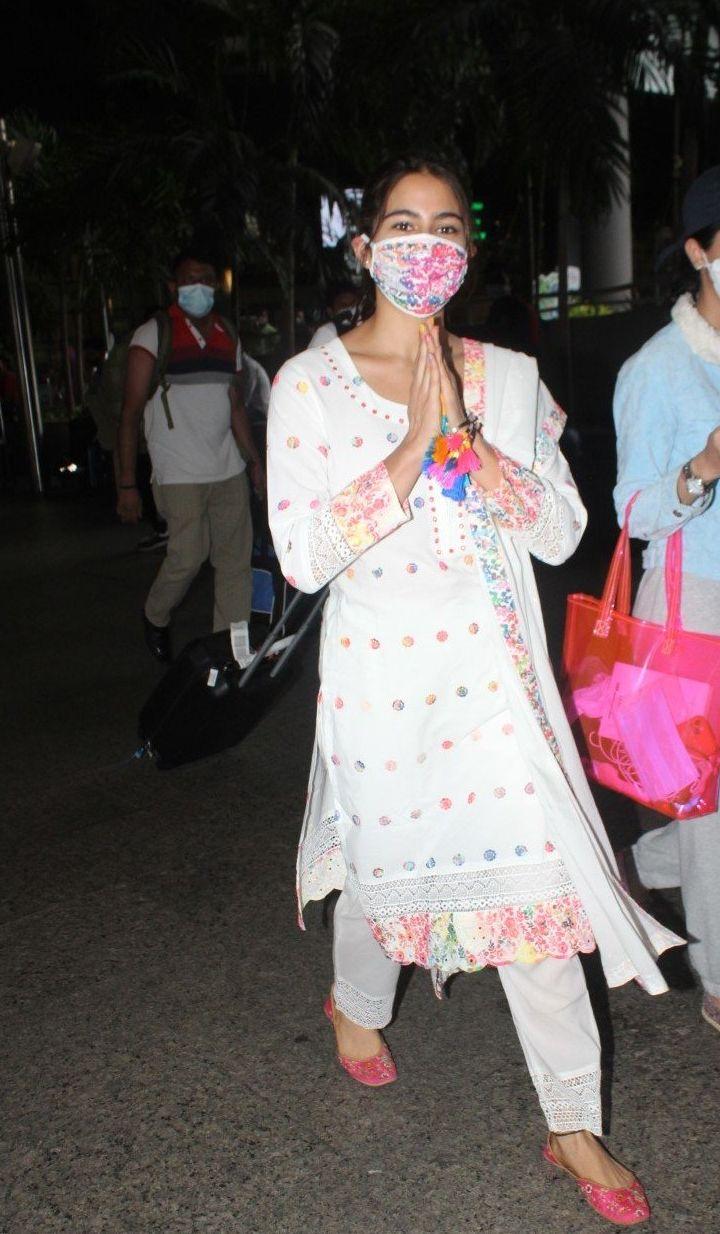 Sara ali khan in white kurta set at the airport-1