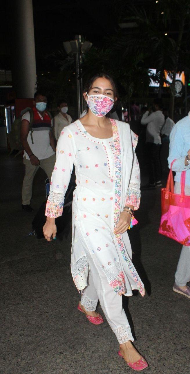 Sara ali khan in white kurta set at the airport-2