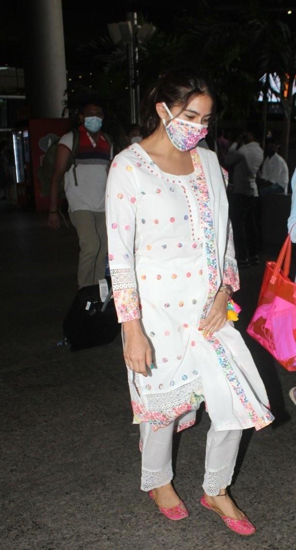Sara ali khan in white kurta set at the airport-3