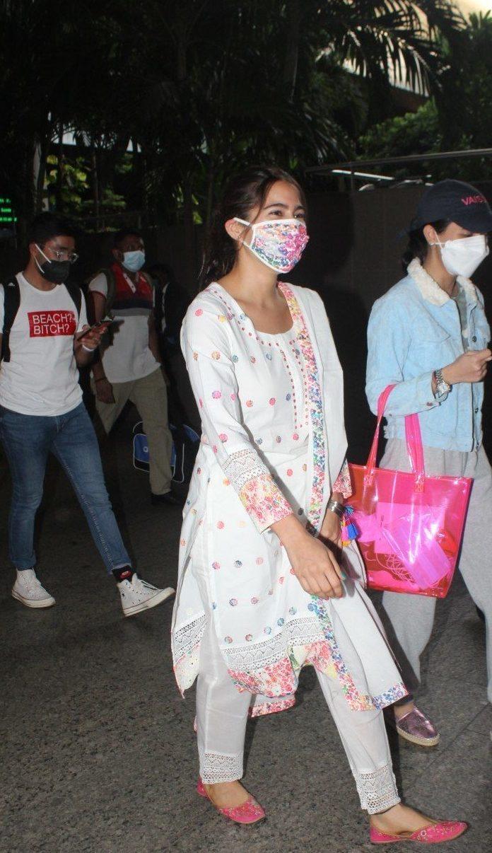 Sara ali khan in white kurta set at the airport-4