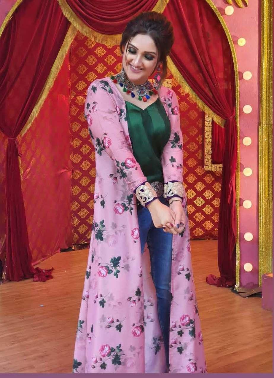 Sridevi vijaykumar in Feathers btq floral jacket with denim for comedy stars-4