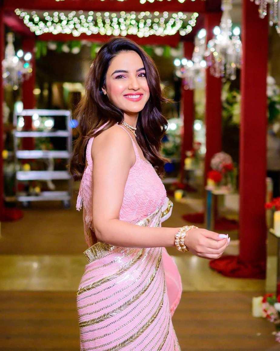 jasmin bhasin in pink soshai saree for dishul wedding