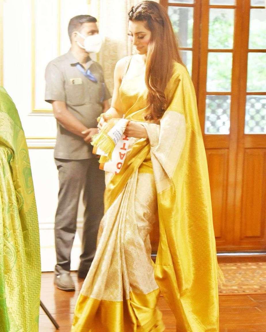 urvashi rautela in a off white pattu saree for rashtriya stree shakti puraskar-2