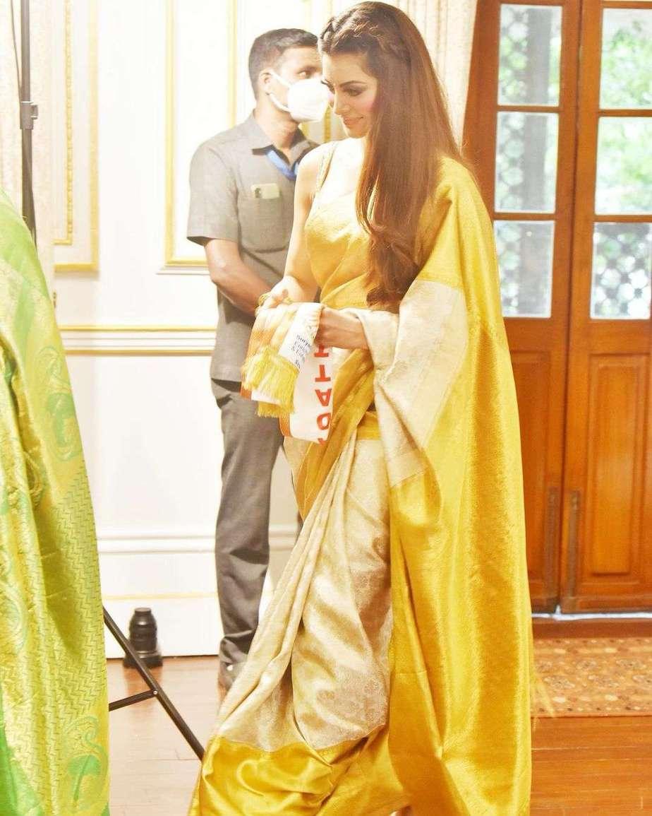 urvashi rautela in a off white pattu saree for rashtriya stree shakti puraskar-3