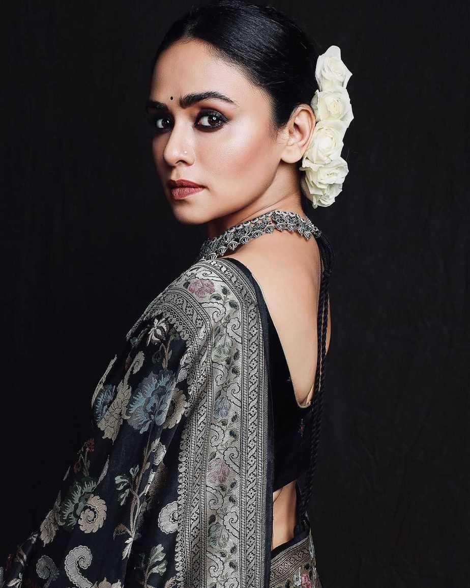 Amruta Khanvilkar in a black benrasi saree by Warp n weft-4