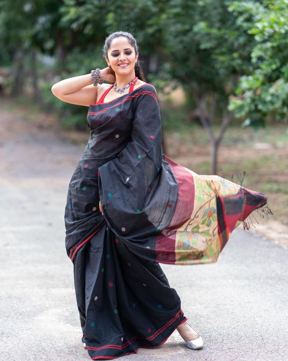 Anasuya Bharadwaj in a black saree for Jabardasth-1