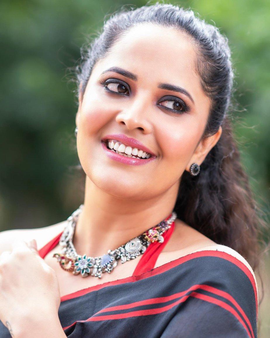 Anasuya Bharadwaj in a black saree for Jabardasth-4