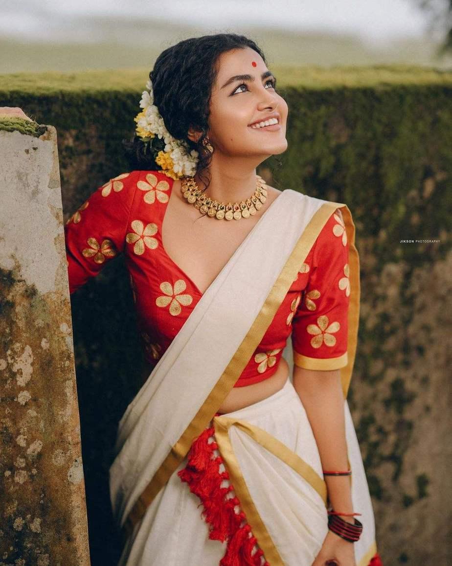 Anupama Parameshwaran in kasavyu half saree by Pranaah for onam 2021-3