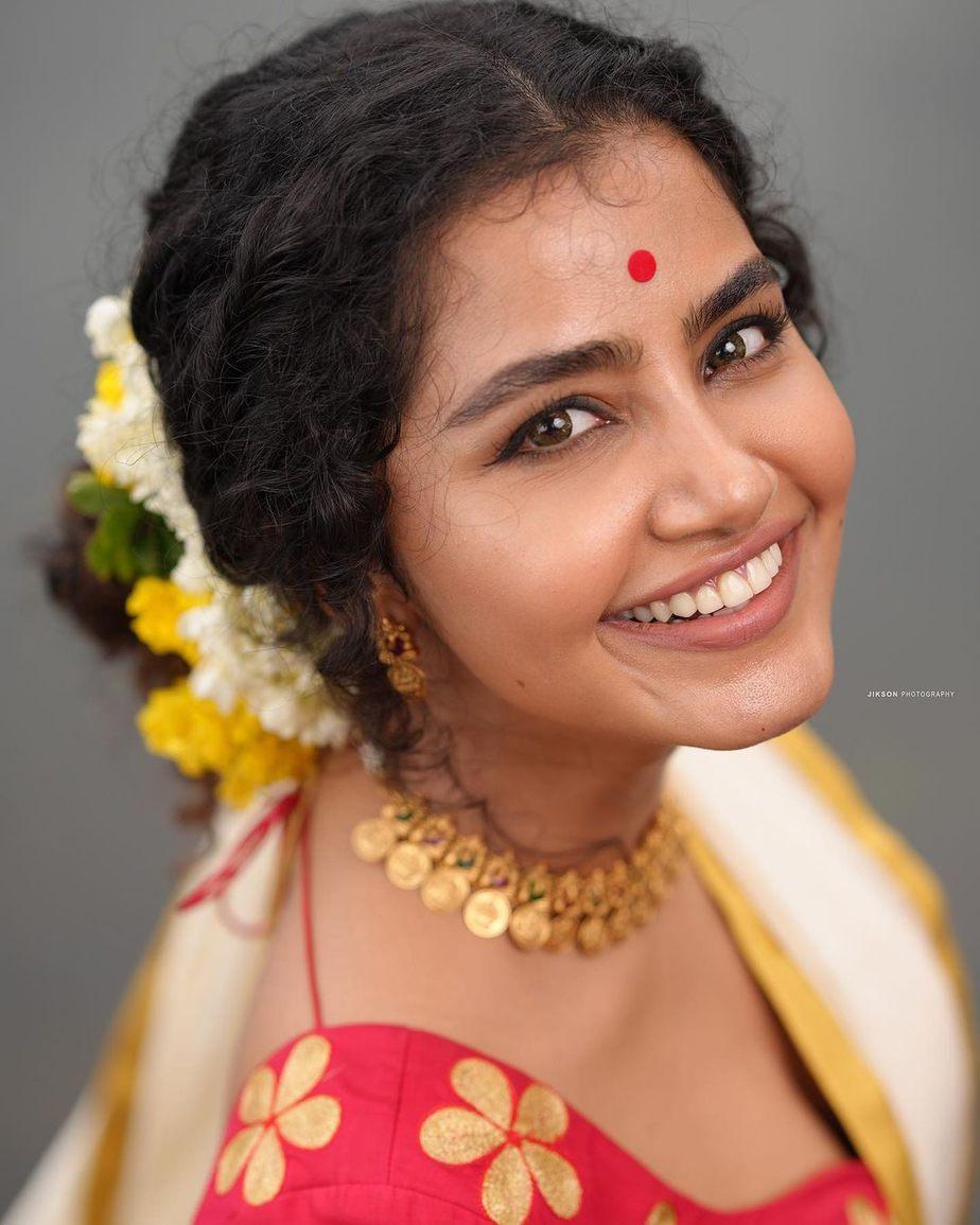 Anupama Parameshwaran in kasavyu half saree by Pranaah for onam 2021-4
