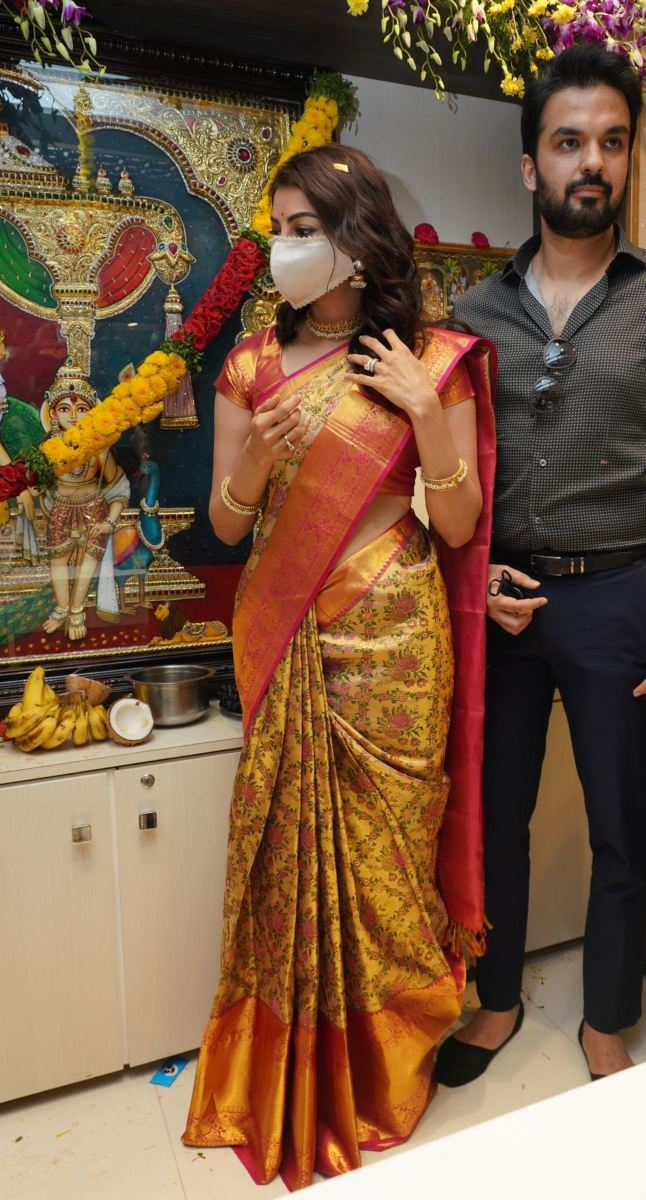 Kajal aggarwal in a pattu saree for a mall opening-2