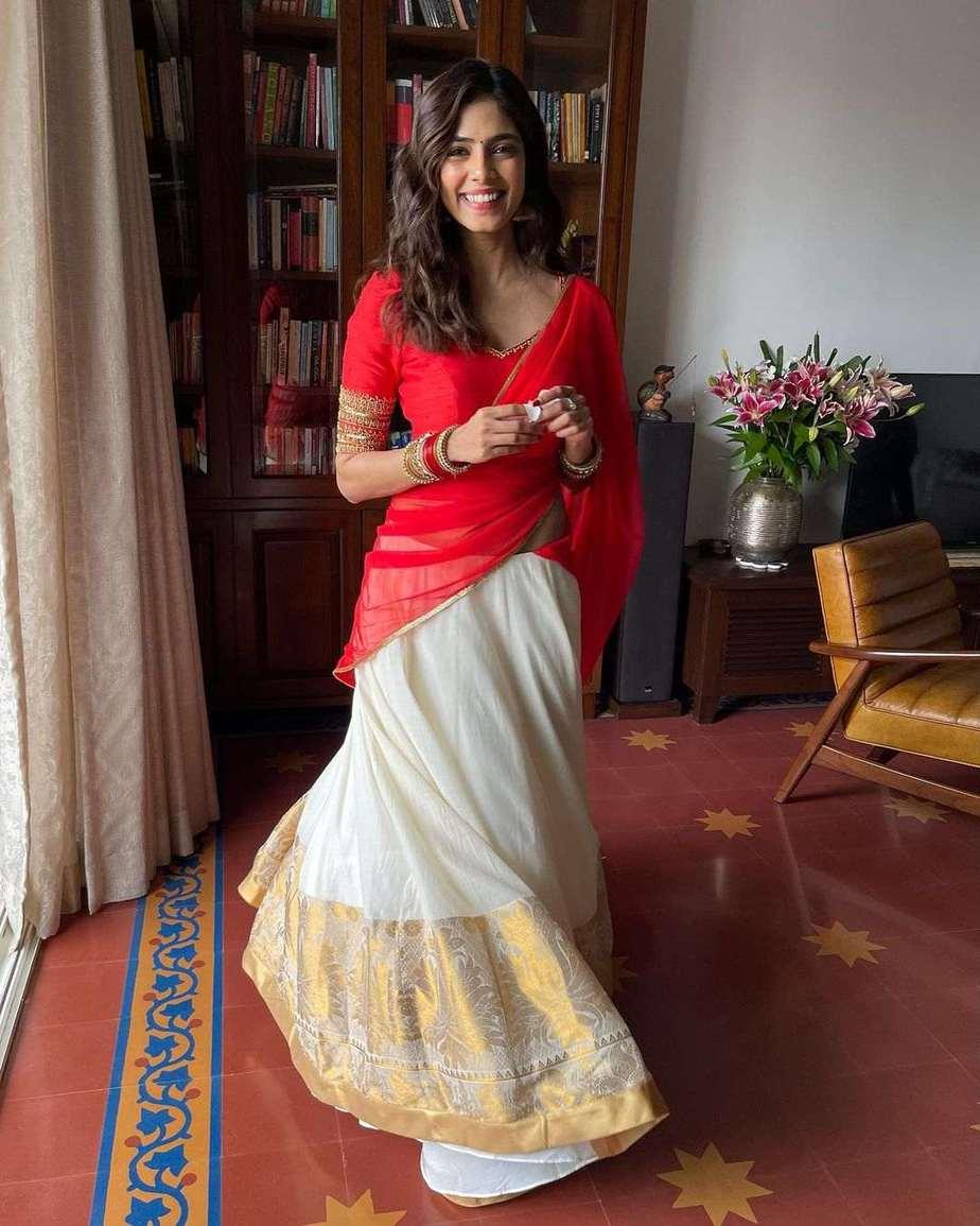 Malavika Mohanan in pranaah half saree for onam 2021-3