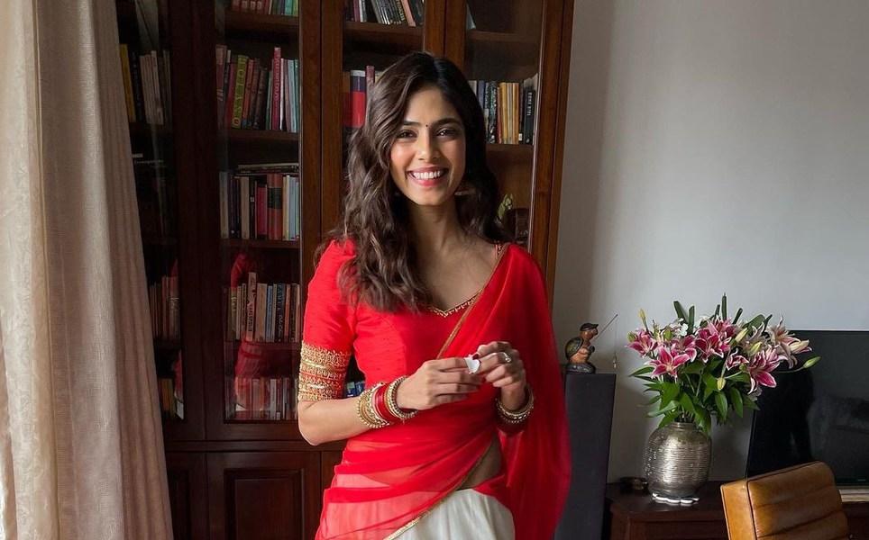 Malavika Mohanan in pranaah half saree for onam 2021-4
