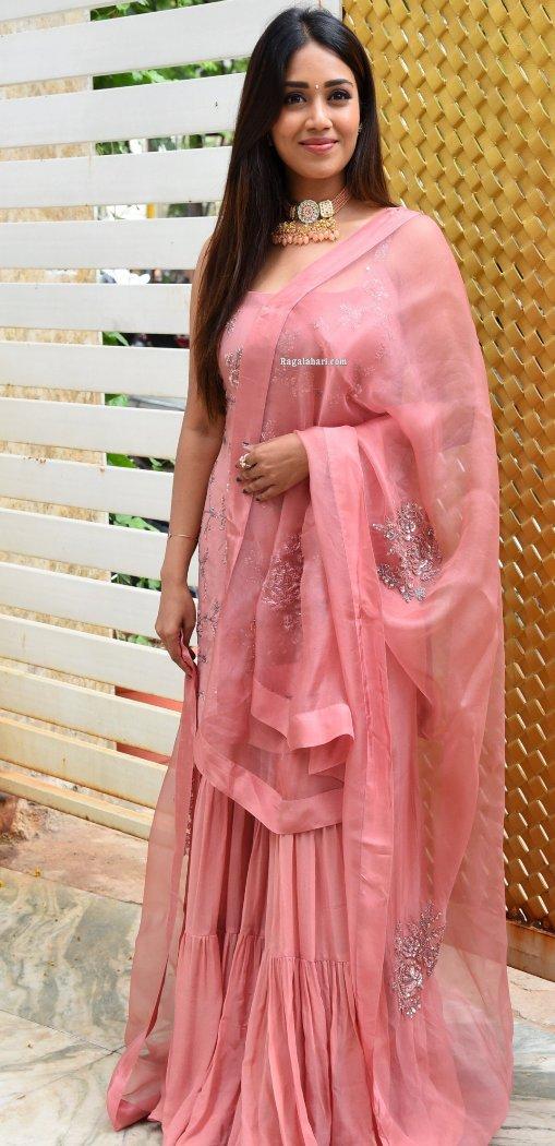 Nivetha pethuraj in salmon kurta set for Paagal movie interview-2
