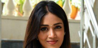 Nivetha pethuraj in salmon kurta set for Paagal movie interview-3