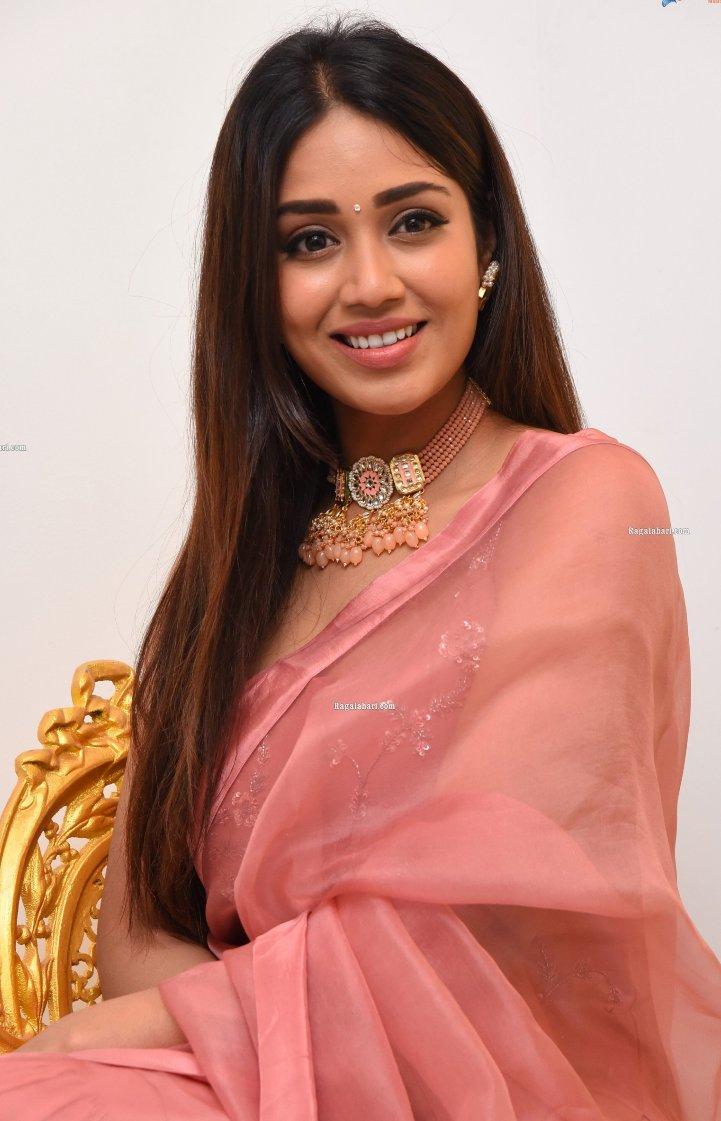 Nivetha pethuraj in salmon kurta set for Paagal movie interview-4