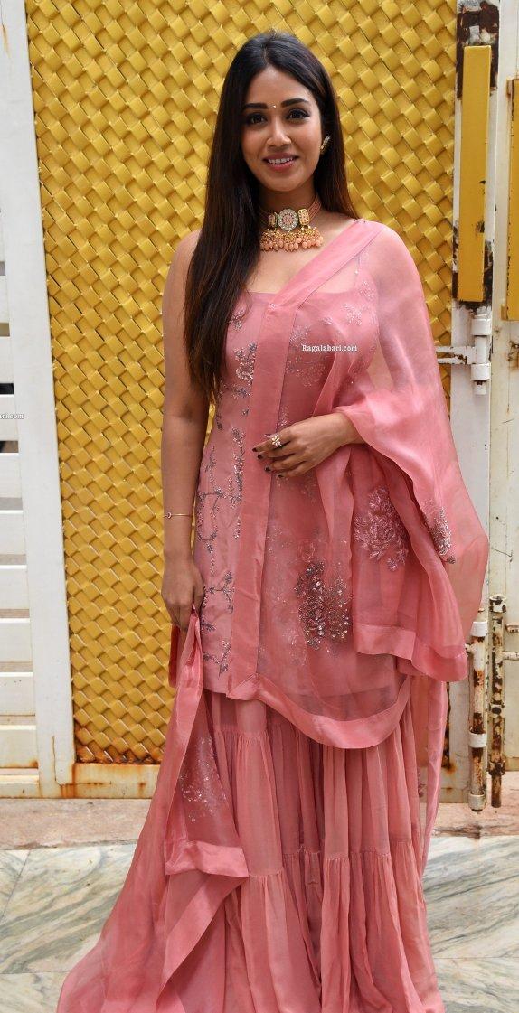 Nivetha pethuraj in salmon kurta set for Paagal movie interview
