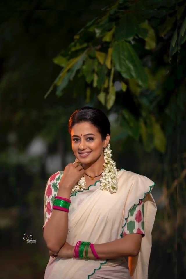 Priyamani raj in a handloom half saree by Feathers btq for dhee kings-1
