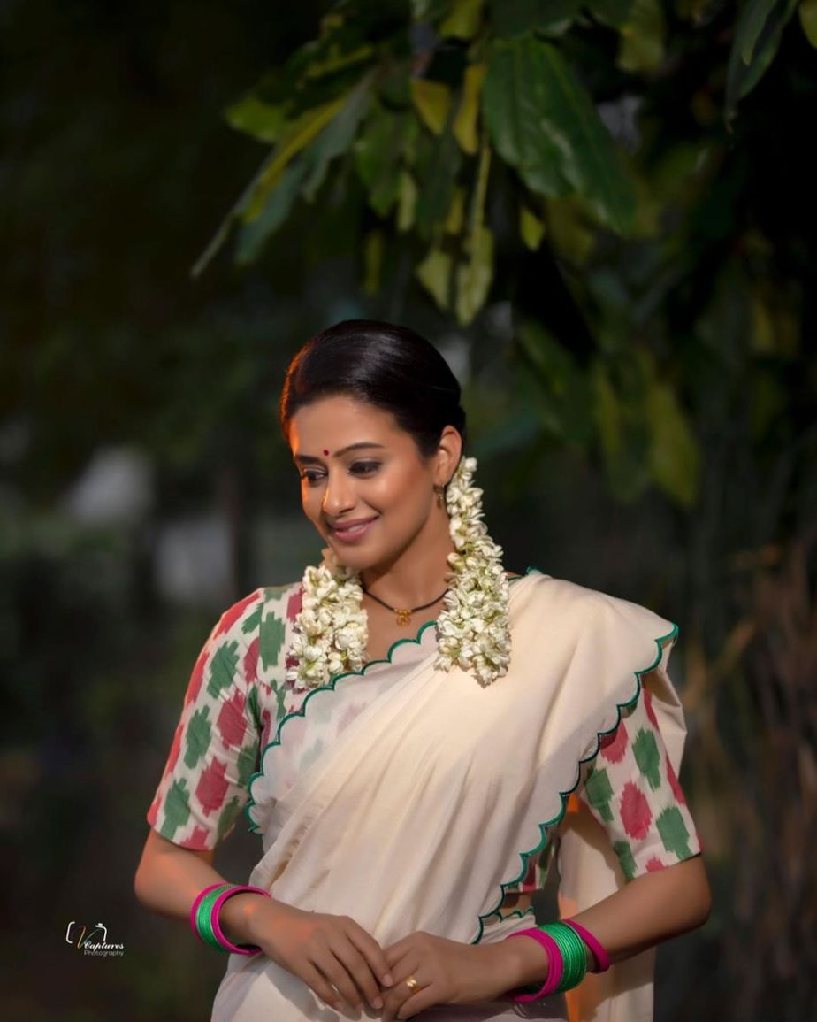 Priyamani raj in a handloom half saree by Feathers btq for dhee kings-3