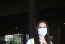 Raashi Khanna in jeans and tee at airport arrival-2