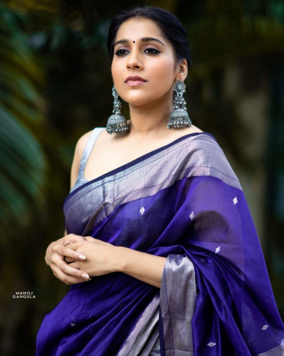 Rashmi Gautam in a navy blue saree by the pallu shop -2
