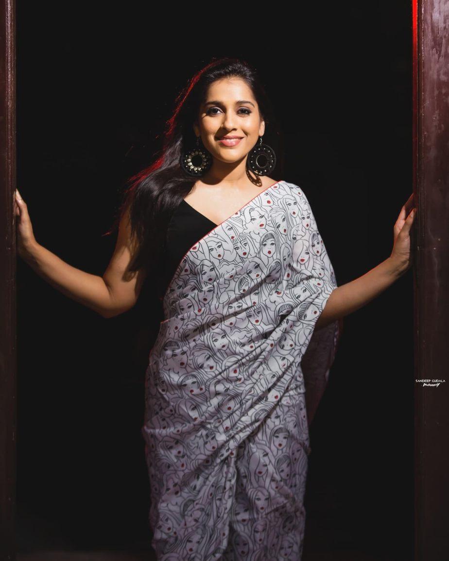 Rashmi Gautam in a printed saree by Duta Couture-3