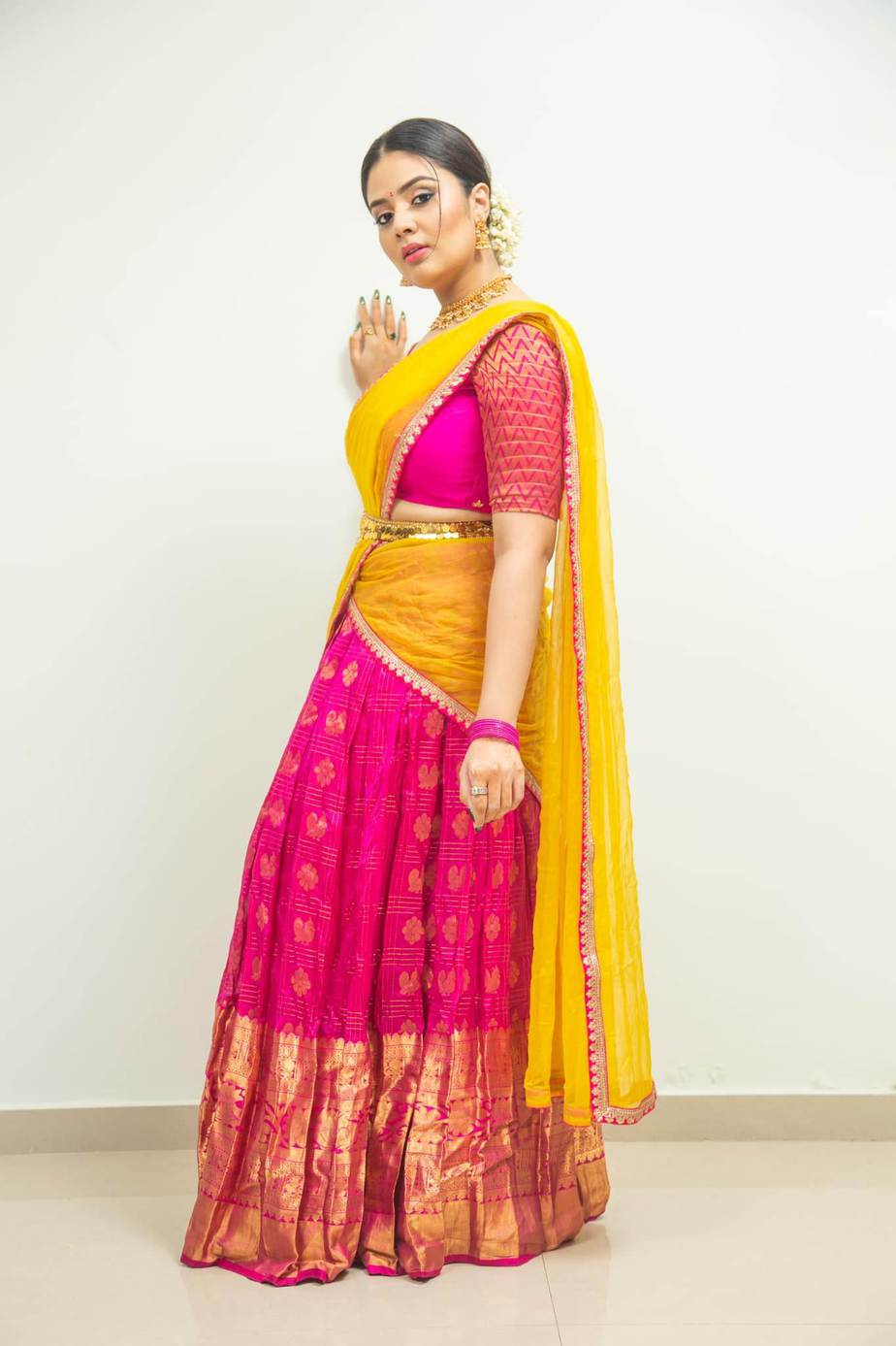Sreemukhi in a pink half saree by feathers boutique for comedy stars-3