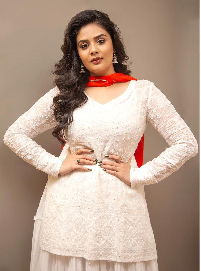 Sreemukhi in a white kurta-lehnga by rekhas for comedy stars-2