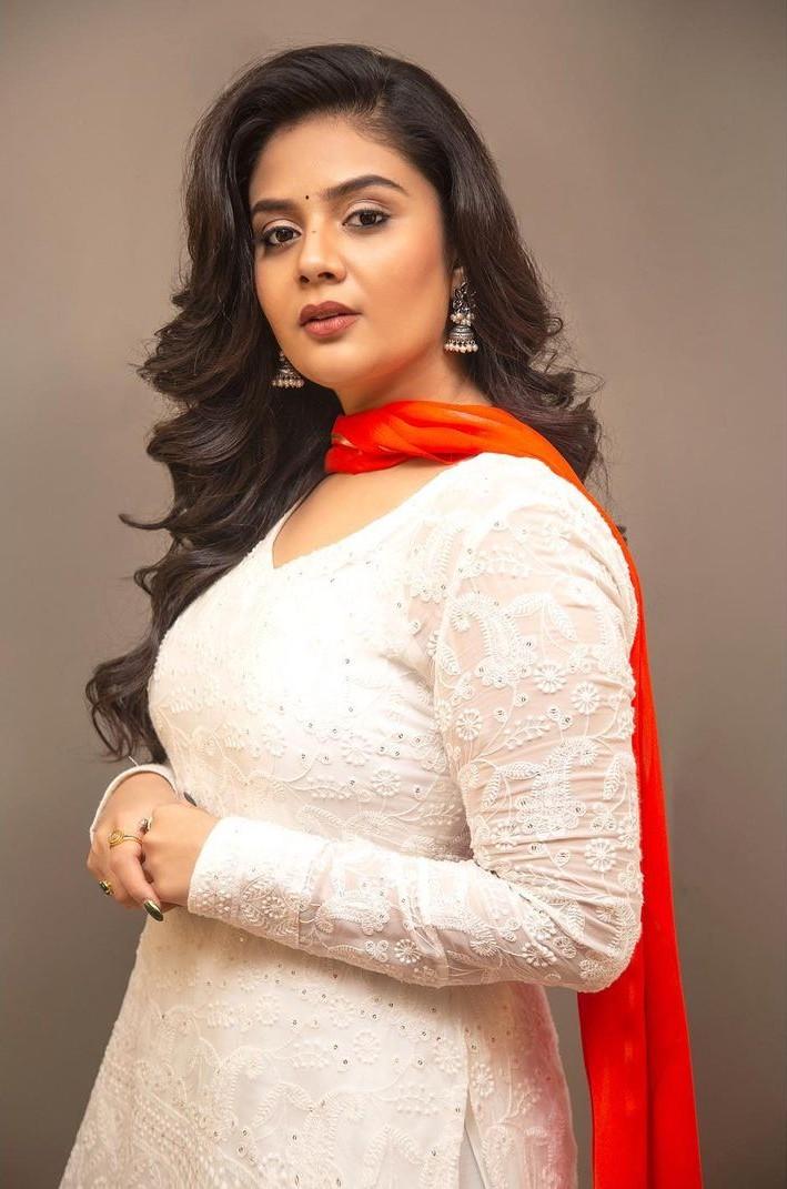 Sreemukhi in a white kurta-lehnga by rekhas for comedy stars-3