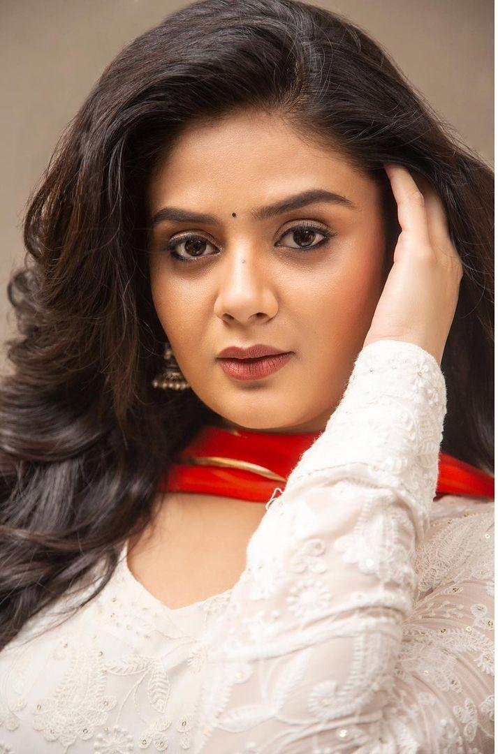 Sreemukhi in a white kurta-lehnga by rekhas for comedy stars-4