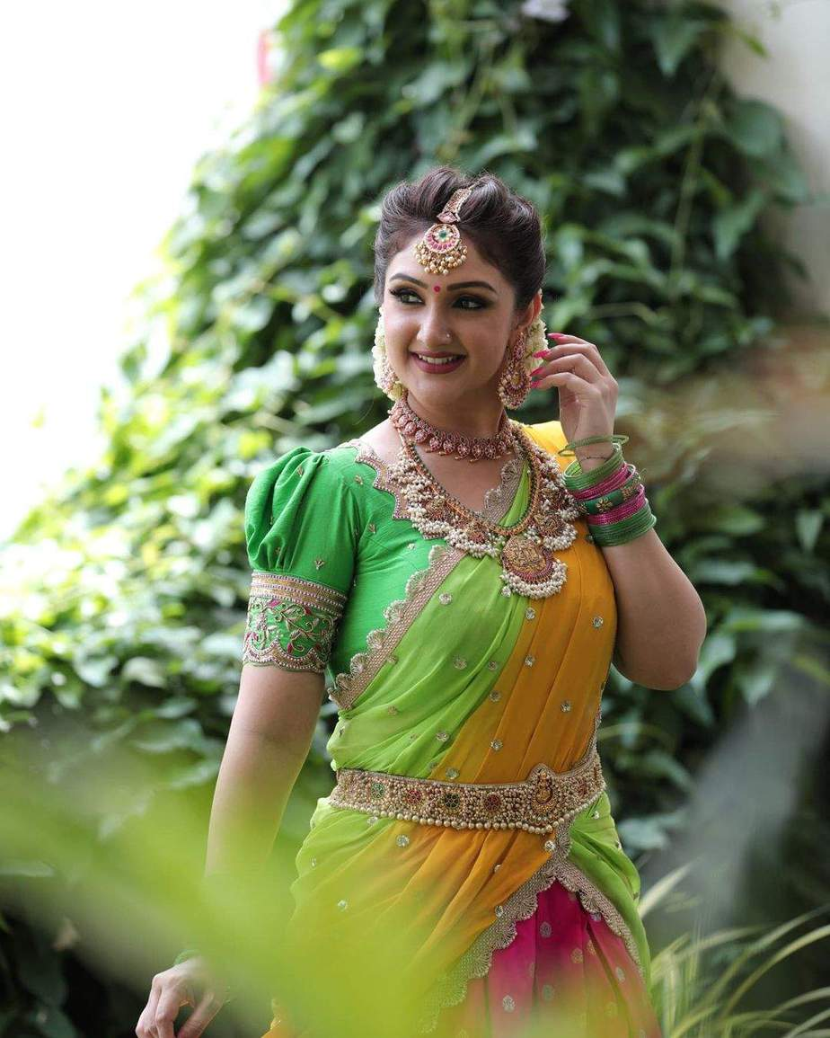 Sridevi Vijaykumar in a parrot green half saree by varahi art studio for comedy stars-1