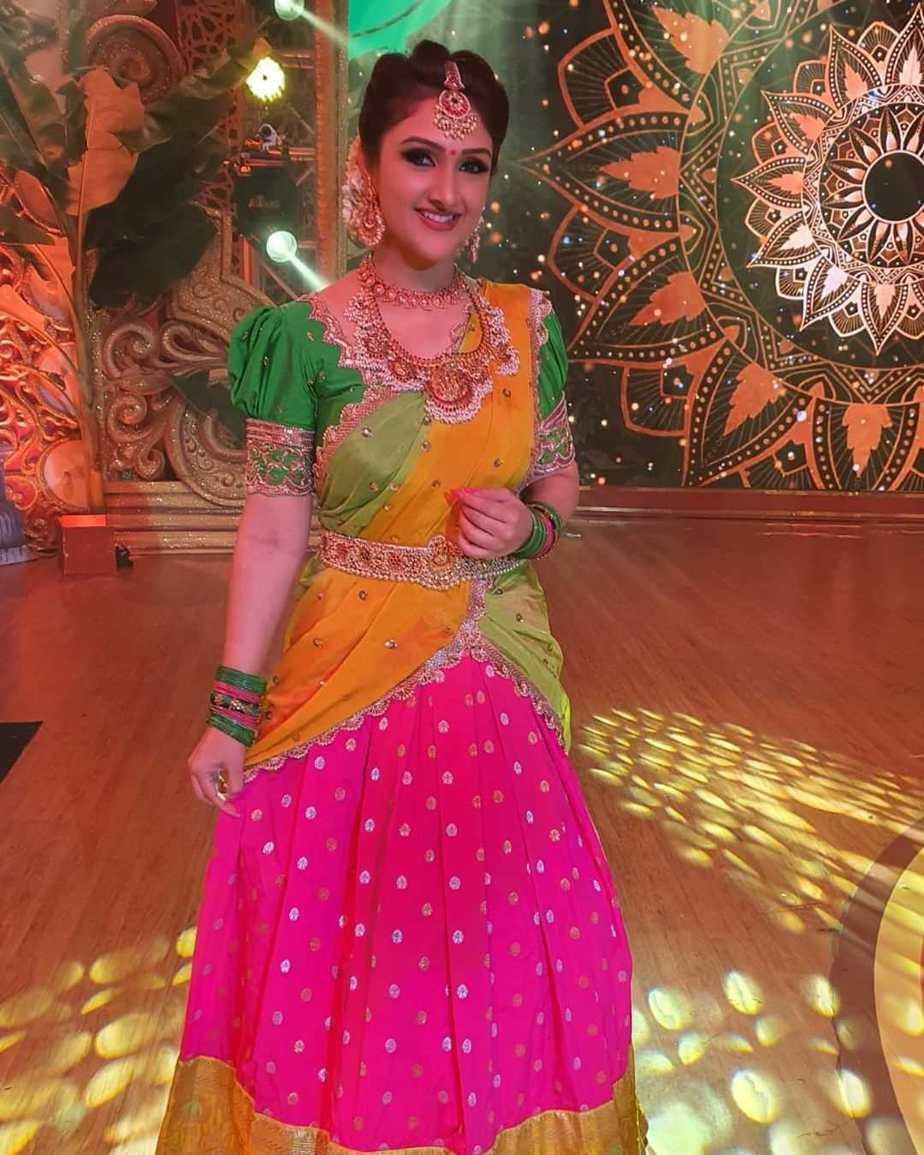 Sridevi Vijaykumar in a parrot green half saree by varahi art studio for comedy stars-2