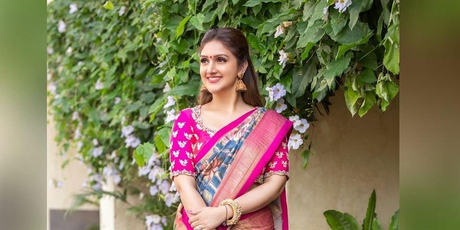 Sridevi vijaykumar in a indigo brand mandir saree for comedy stars-4