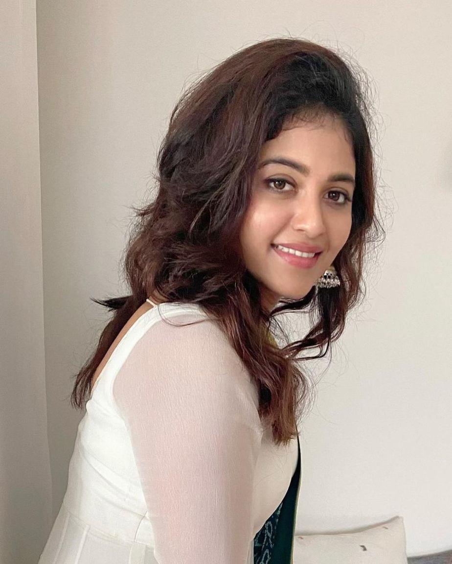 Anjali in white bhargavi kunam anarkali set for RC15-launch-3