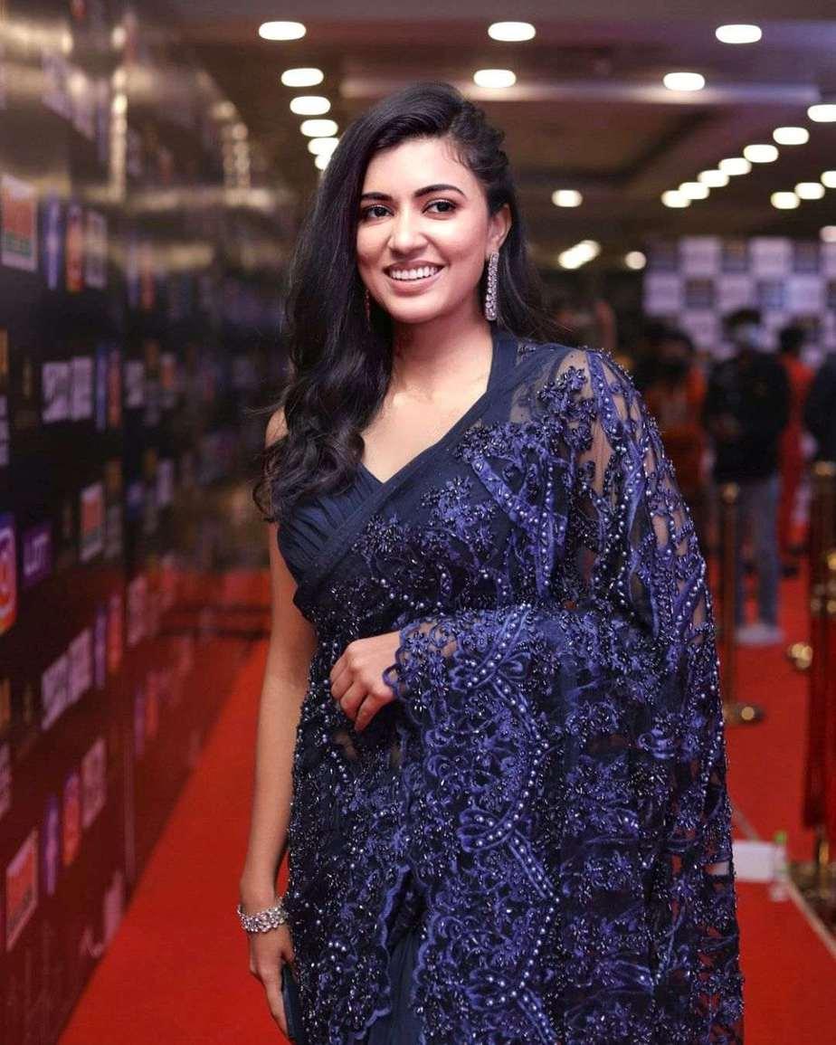 Anju Kurian in a navy blue saree by Paris de boutique at siima