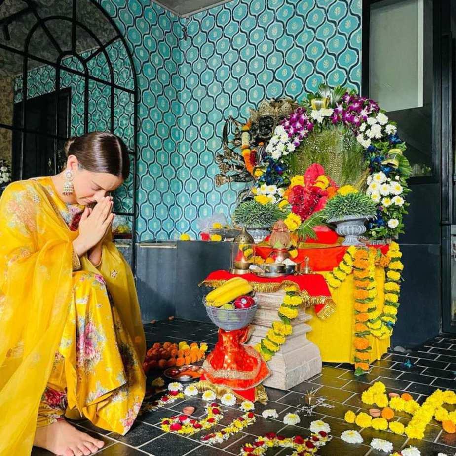 Kangana Ranaut in yellow Sabyasachi kurta set for Ganesh chaturthi-3