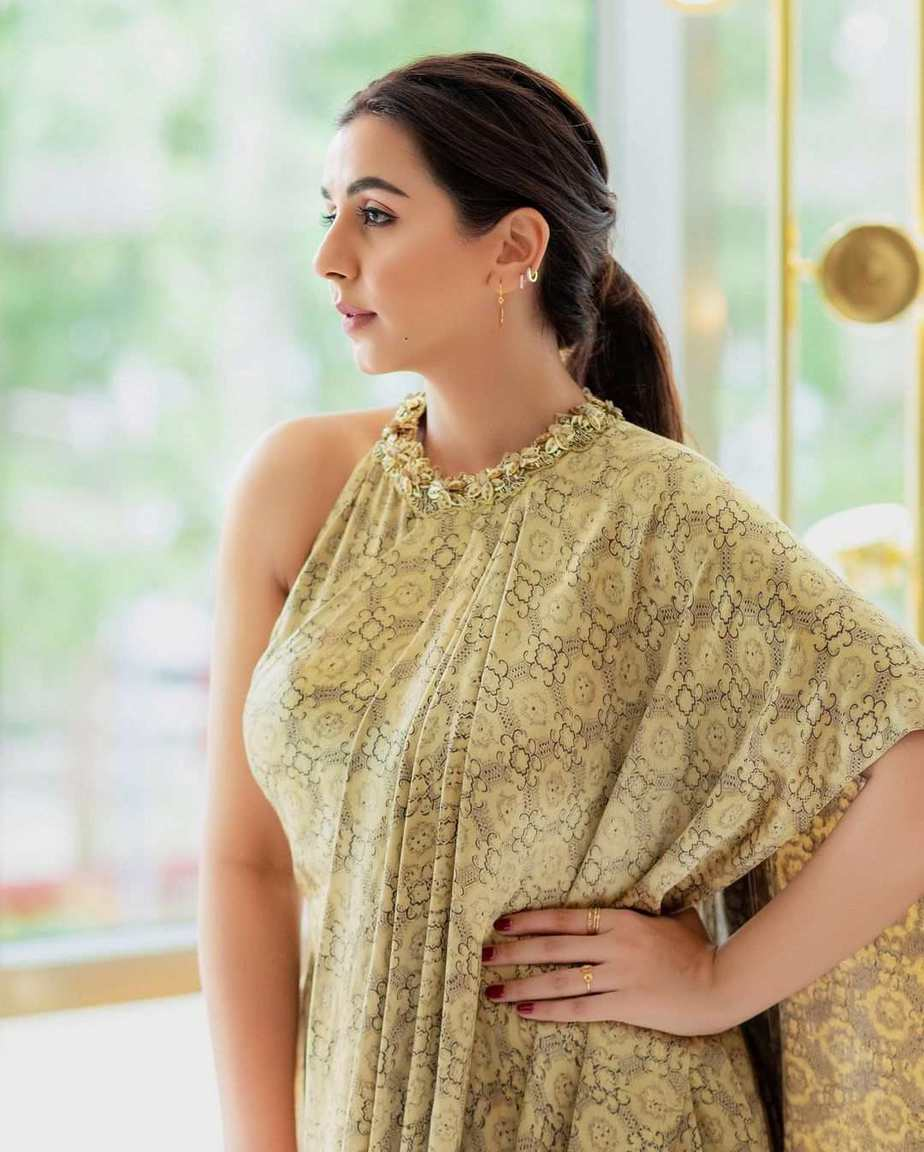 Nikki Galrani in a gold saree dress by Weave In India-2