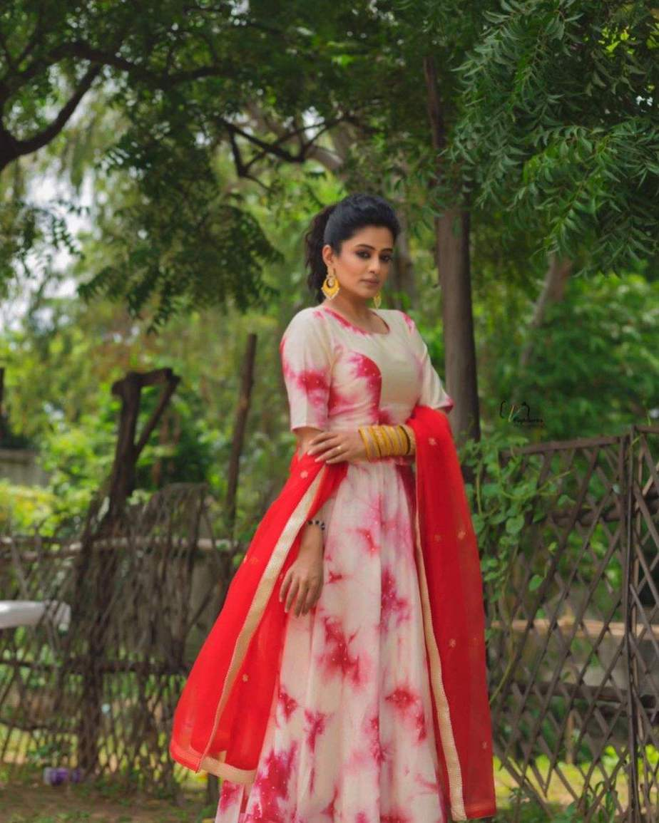 Priya Mani Raj in a red tie dyed lehenga by rivaj clothing for Dhee -2