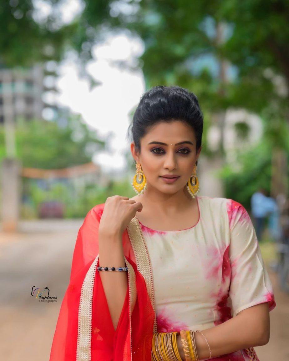 Priya Mani Raj in a red tie dyed lehenga by rivaj clothing for Dhee -4