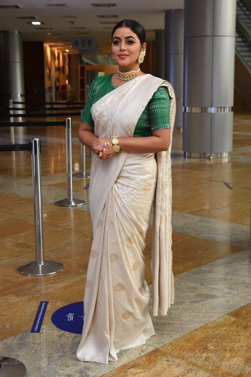 Purnaa in an ivory benarasi saree by ridhi's sarees for thalaivi pre-release event-1.2