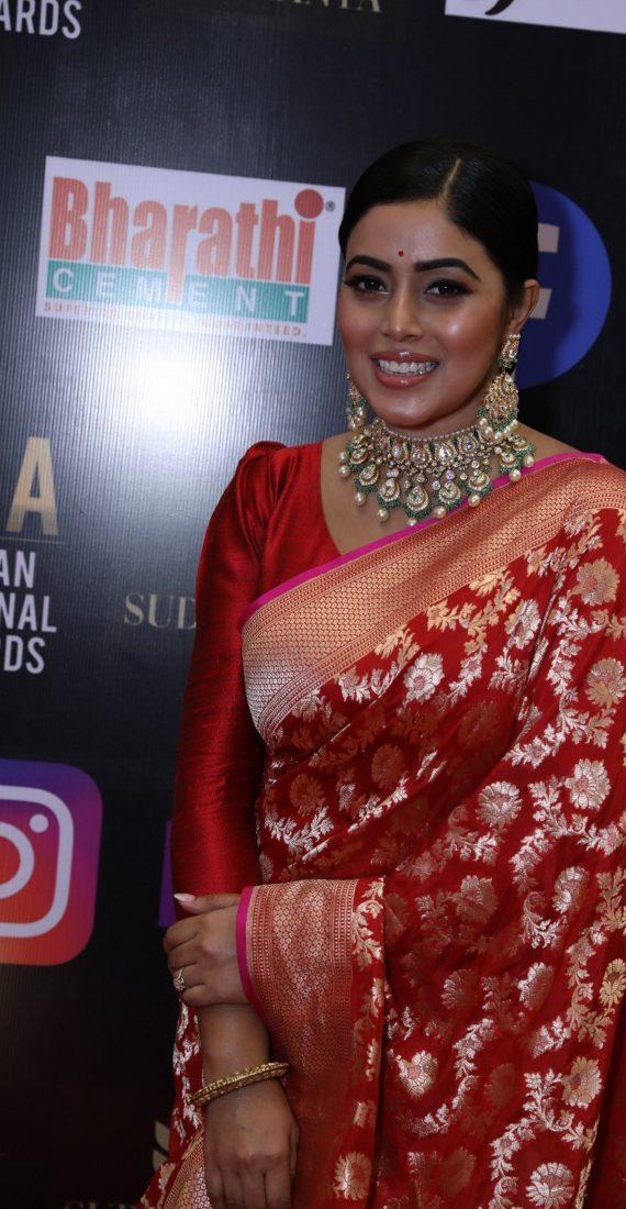 Purnaa in red pattu saree for siima 2021-1
